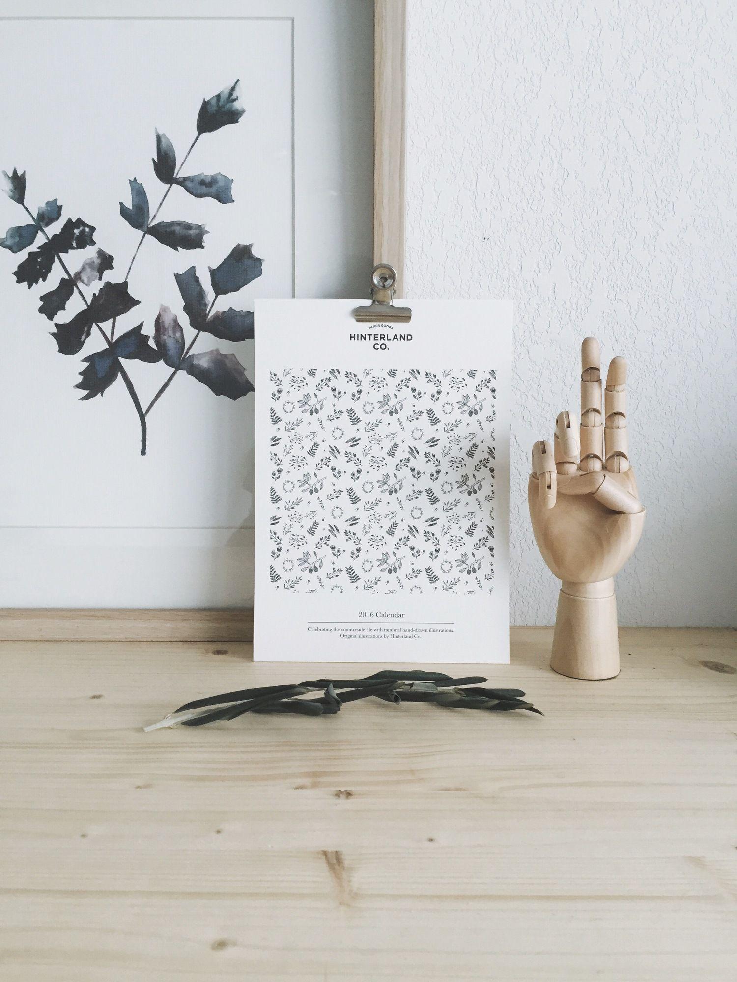 Hinterland Co. The Countryside Life 2016 Calendar est un calendrier qui célèbre la vie en pleine nature par des illustrations minimalistes réalisées à la main. Ce calendrier est composé de 12 pages illustrées d'un dessin unique chaque mois. Il s'agit d'une édition limitée à 25 copies, chaque copie est numérotée à la main.