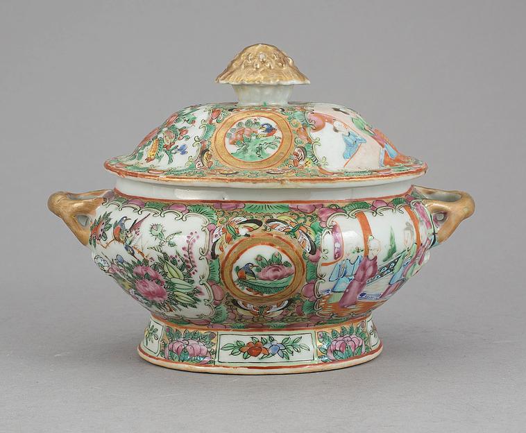 Sopeira em porcelana Chinesa de Cantao do sec.19th, 22cm de altura, 2,460 USD / 2,180 EUROS / 8,890 REAIS / 15,630 CHINESE YUAN https://soulcariocantiques.tictail.com