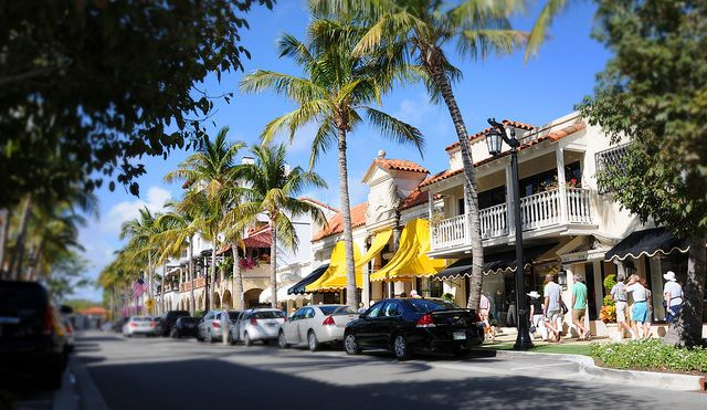 Palm Beach Fl The Worth Avenue Walking Tour Makes Its Way West Down