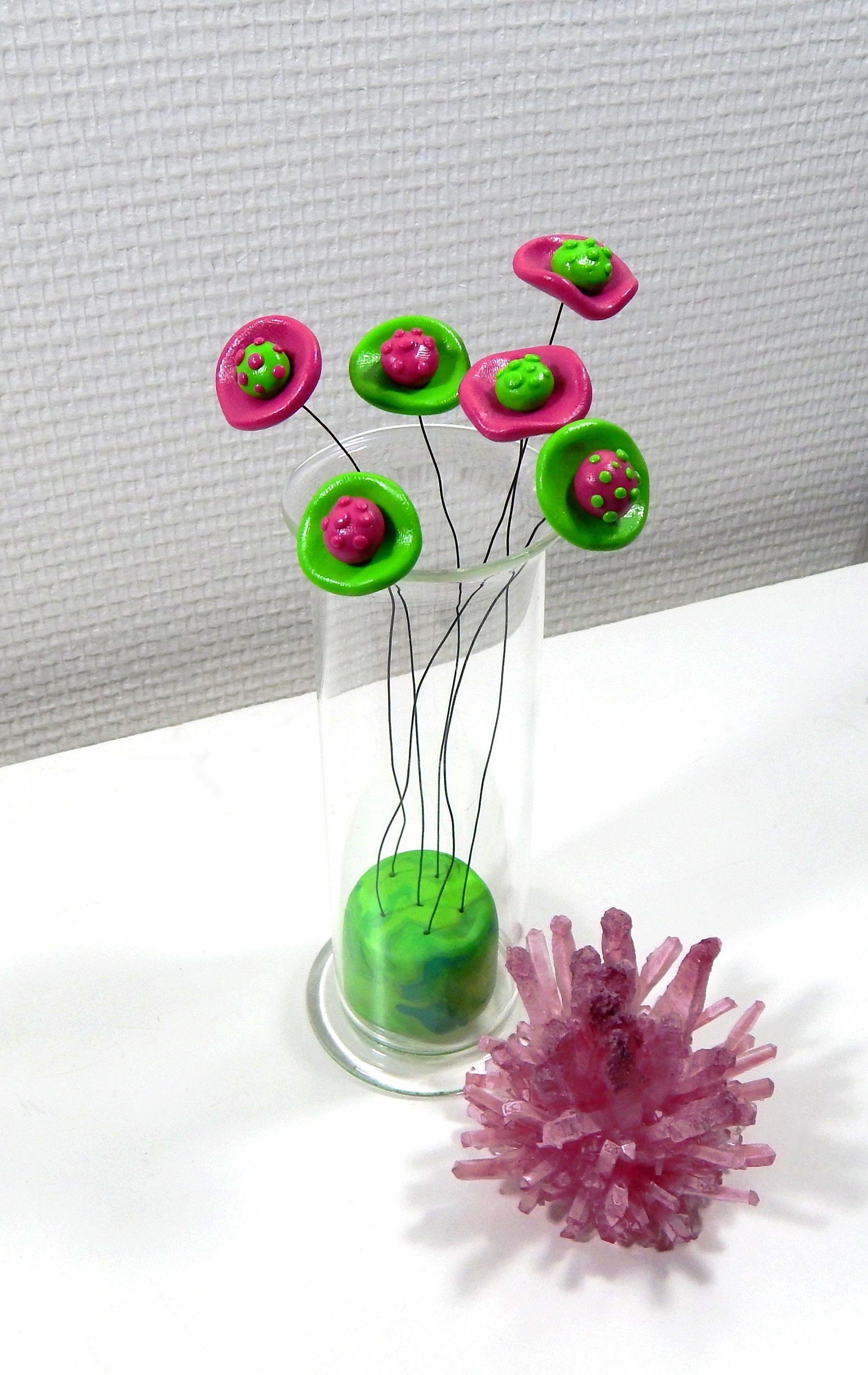 bouquet de fleurs en fimo dans un vase cylindrique en verre couleurs