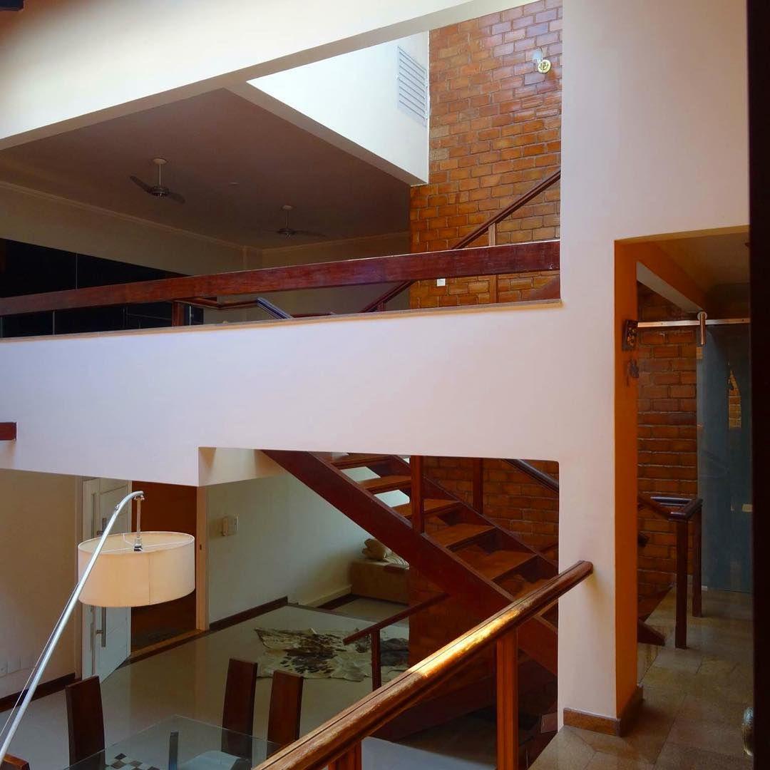 Sala P Direito Alto Escada De Madeira Parede De Tijolos  -> Foto De Parede De Madeira