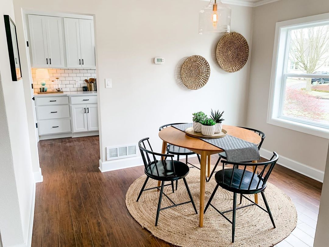 I love this sweet and simple dining room! . . . #stageanddwell #staging #homestaging #stagingsells #staginghomes #pnwhomes #portland #portlandoregon #portlandhomes #nopo #pdx #pdxrealestate #homedecor #homestyle #homestyler