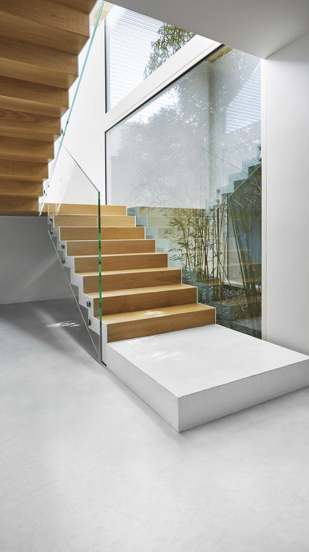 Un 39 architettura rigorosa nasconde interni materici e for Interni architettura