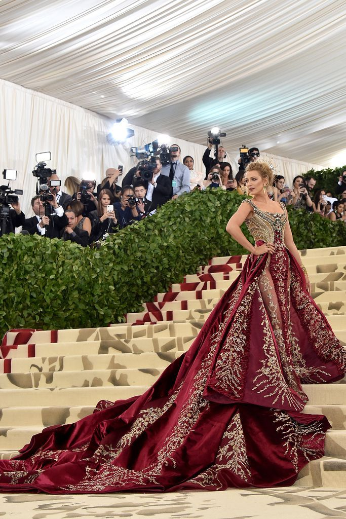 17fd2fa6e1a3f Blake Lively in Atelier Versace for Met Gala 2018!   Roupas   Pinterest