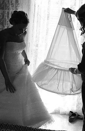 Bild Braut Unterrock Brautkleid anziehen Moment Vorbereitung heiraten