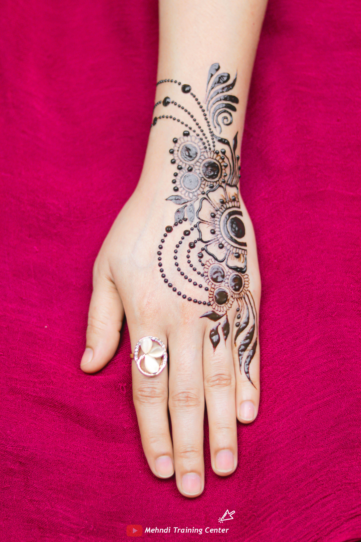 نقش الحناء تعليم نقش الحناء خطوه بخطوة للمبتدئين طريقه جديده وسهله في الحناء نقش الحناء 2020 Bridal Tattoo Henna Hand Tattoo Mehndi Designs