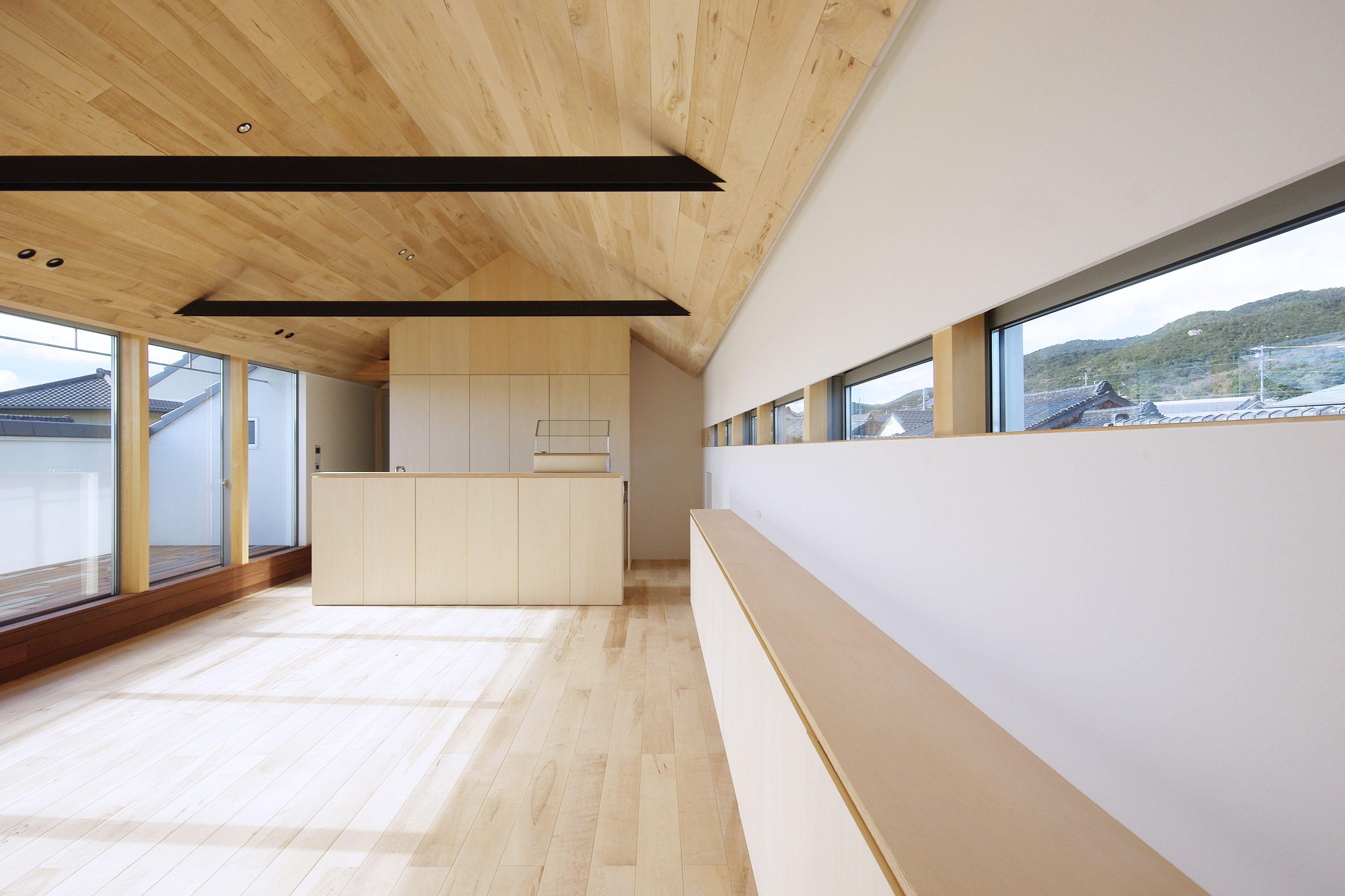 和地の家 2017年竣工 子世帯のldk 屋根勾配を利用した天井は 床と