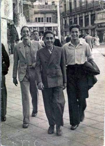 """""""Mi padre, el de la izquierda, está con unos amigos en la Plaza de Jacinto Benavente, de Madrid. Al fondo se ve lo que hoy en dia son los cines Ideal en la calle de Doctor Cortezo""""."""