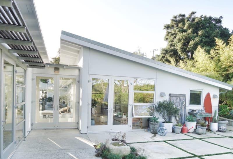 An Organic Modern House By The Ocean Is Airy And Bright Contemporary Beach House California Beach House Beach Bungalow Exterior