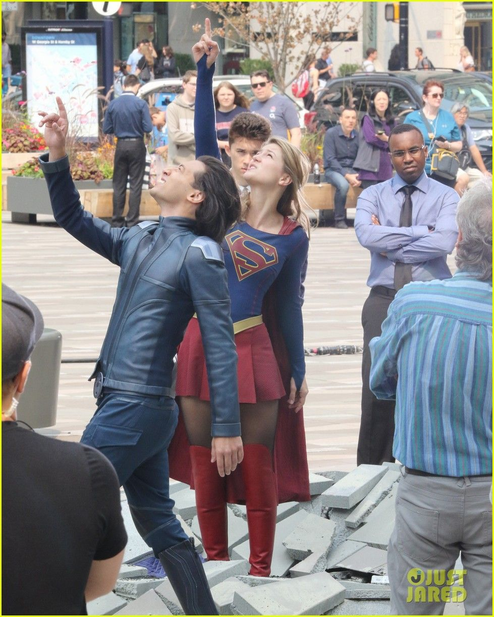Melissa Benoist Makes Quick Change While Filming For Supergirl Photo 4128473 Jesse Rath Mehcad Brooks Melissa Ben Supergirl Supergirl Tv Melissa Benoist