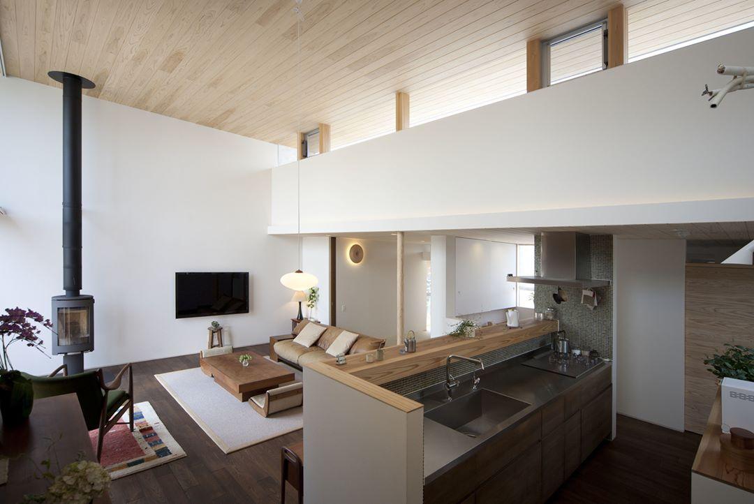 キッチン側からリビングを眺めると天井の高さが圧巻の平屋です