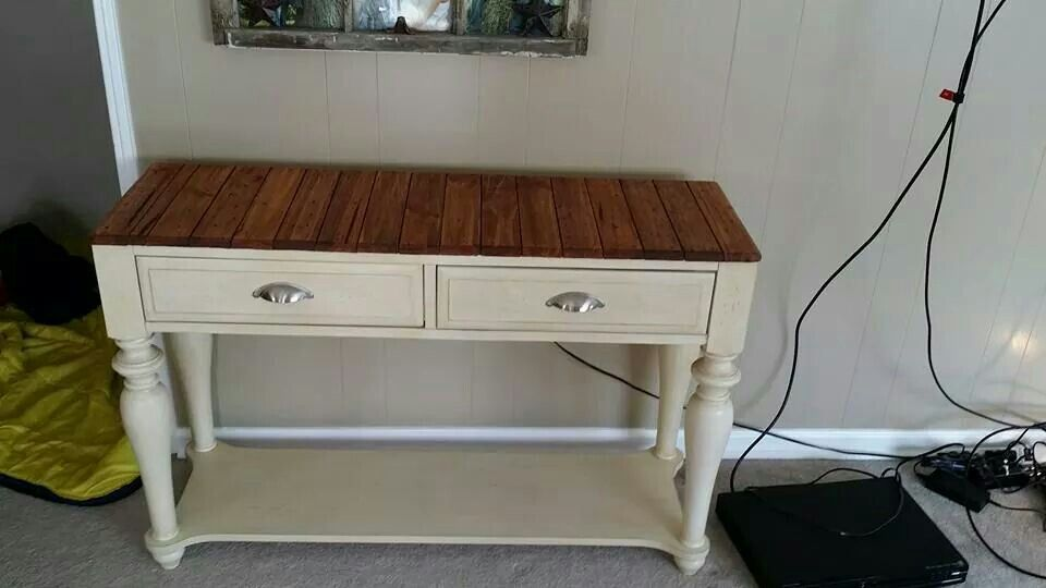 Repurposed pallet wood side table upscale by Knot your usual furniture.
