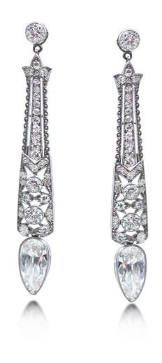 A PAIR OF ART DECO DIAMOND EARRINGS, CIRCA 1920