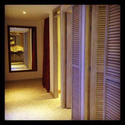 Como si estuvieran en casa: Baños diseñados con estilo y completamente dotados para tu comodidad.