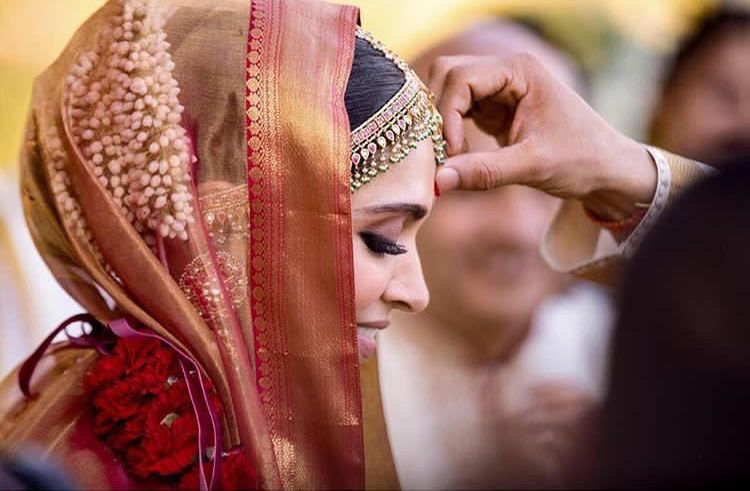 Deepika Ranveer S Unseen Konkani Wedding Pictures Perfectly Capture Their Happiness Of Becoming One Hungryboo Deepika Ranveer Celebrity Weddings Man And Wife