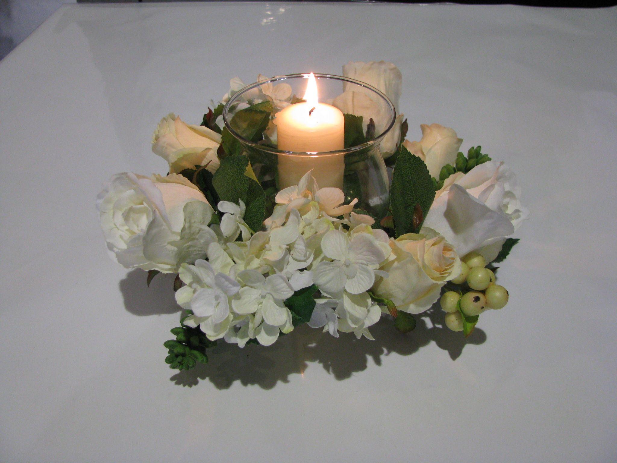 Centro de mesa con rosas blancas y hortensia.