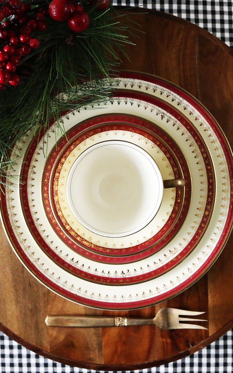 A Vibrant Yet Subtle And Elegant Dinnerware Set From The American Classic Pottery Homer Lau Christmas Dinner Table Dinner Party Table Settings Christmas Dinner