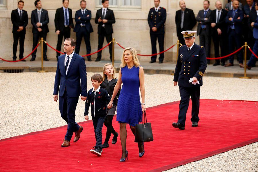 Ce dimanche, à 10 heures précises, Emmanuel Macron et François Hollande se retrouvent à l'Elysée. Le nouveau président de la République va être invest...