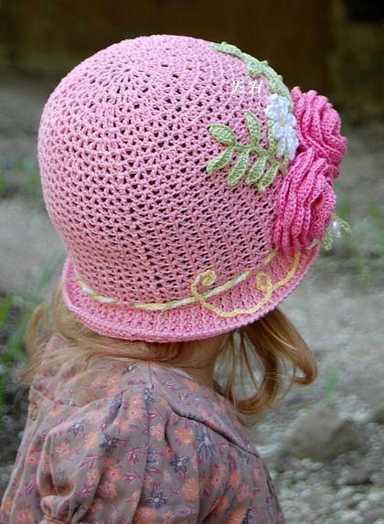 Achei este chapéu de menina em crochê , tão fofo quenão resisti, tive que dividir com vocês. Os gráficos que achei, estão um poucocla...
