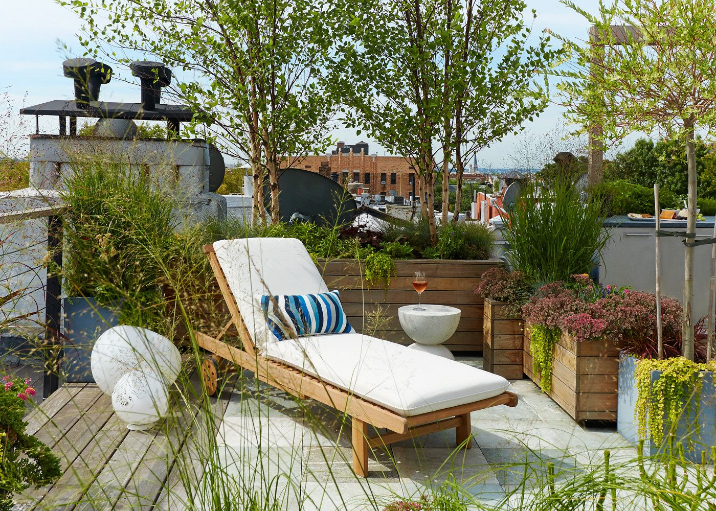 Rooftop Garden Ideas  Laurie BlumenfeldRusso Brooklyn Renovation is part of Rooftop garden, Garden design, Modern outdoor seating, Backyard, Roof garden, Outdoor space - Designer Laurie BlumenfeldRusso knew that when it came time to redesign her Brooklyn Heights rooftop, she had the option to create a little oasis that spoke to her love of gardening  Check out her entire renovation here