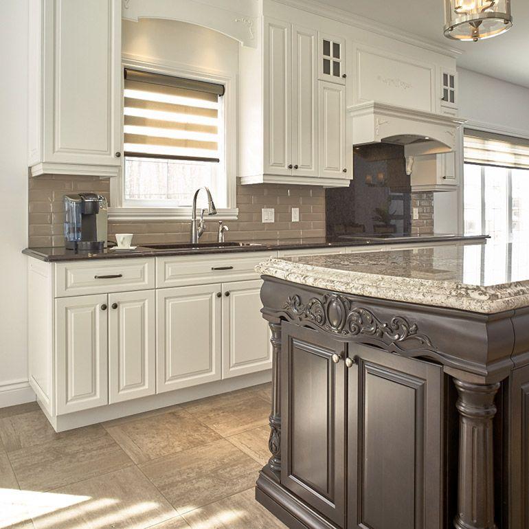 Armoires blanches et lot brun classique cuisine - Cuisine en bois blanc ...