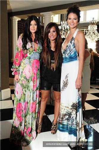 Demi Lovato Y Kim Kardashian Buscar Con Google