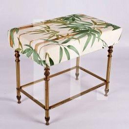 BANQUETA ESTILO MODERNISTA Referencia: mue-001 Banqueta dorada estilo modernistatapizada en tela con estampado de bambú. RESTAURADO Medidas:  Alto: 54 cm Ancho: 47 cm Profundo: 34 cm Precio: 90€ ($115 aprox.)