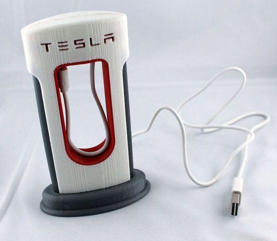 Ideal Ladestation f r Smartphones mit MicroUSB Anschluss in Form einer TESLA Ladestation f r Autos Beim Kabel