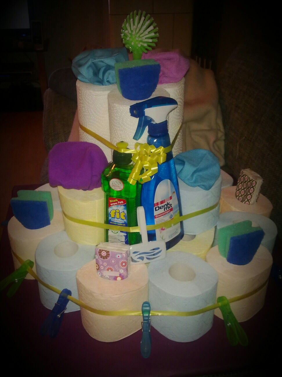 Torte Toilettenpapier und Putzmittel zum Einzug