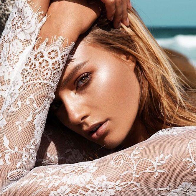 2. Pele suavemente iluminada: esse é um dos aspectos mais importantes em uma maquiagem. Utilize um iluminador bem leve.