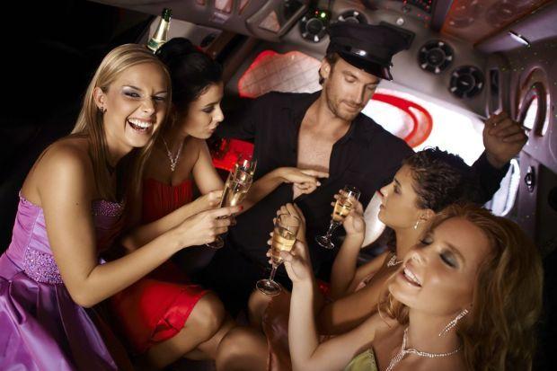Junggesellinnenabschied mit Stripper in Limousine
