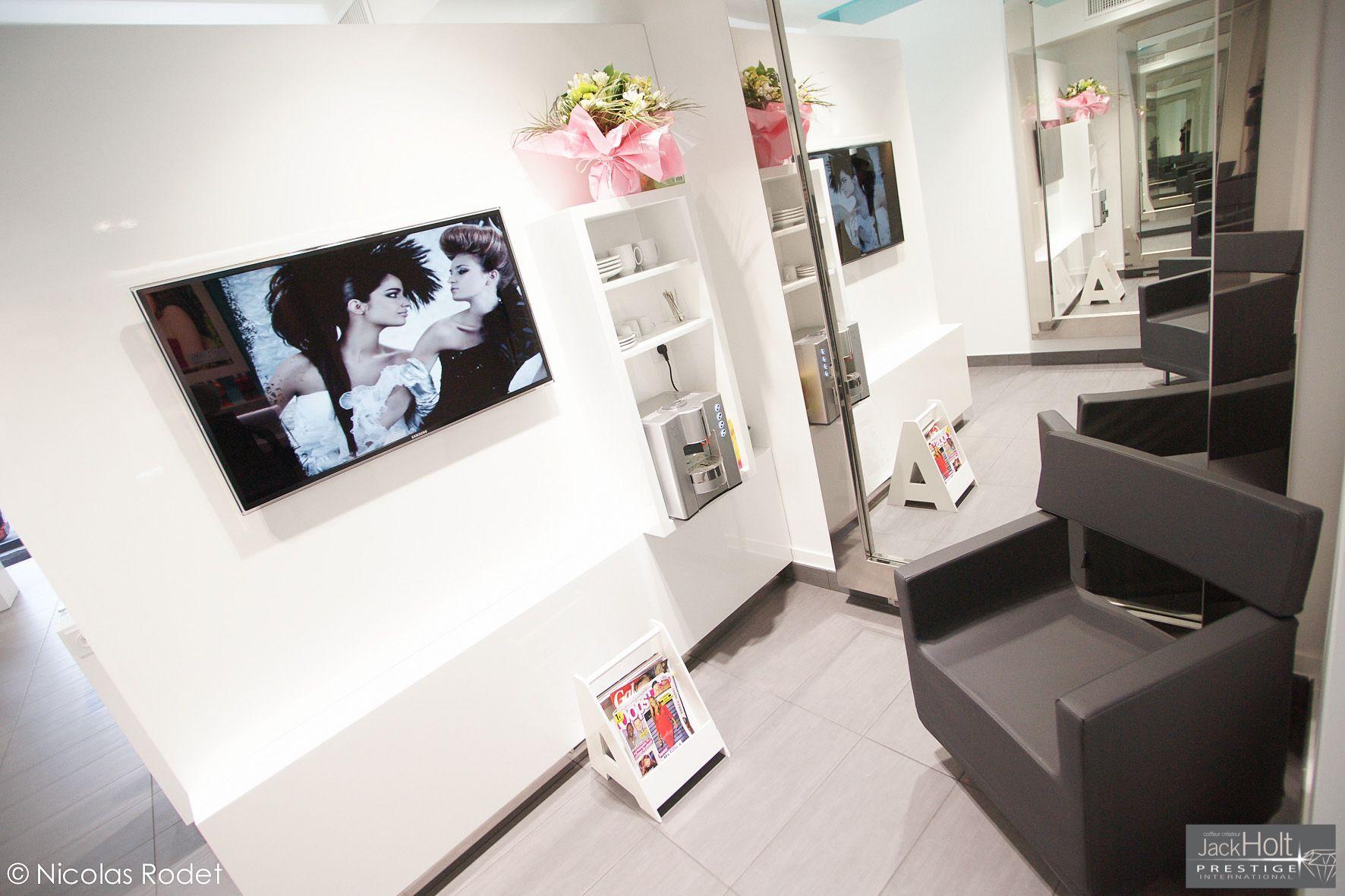Coin attente avec fauteuil moderne | Salon de coiffure à Lyon ...