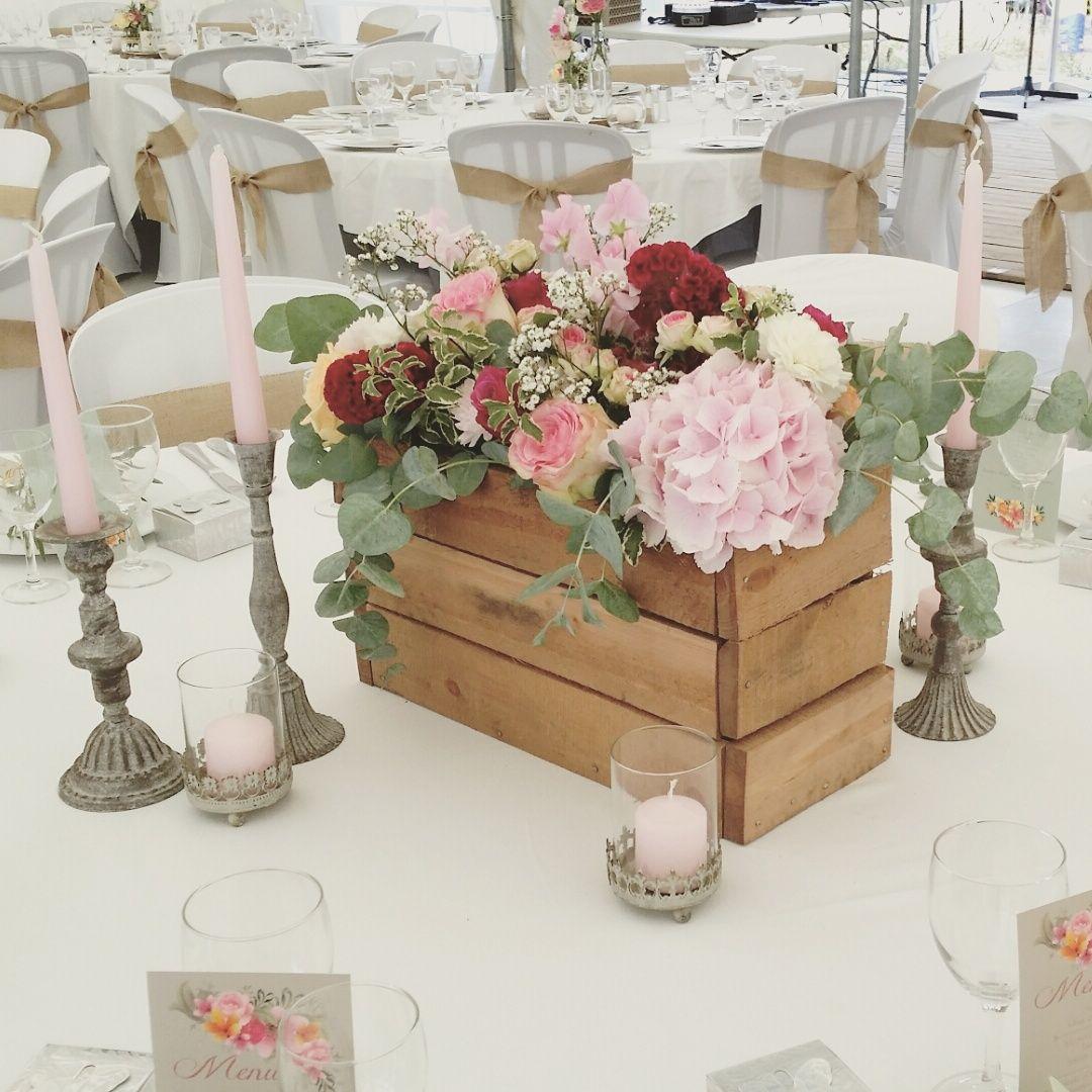 composition florale dans cagette homemade centre de table de la table des mari s base d. Black Bedroom Furniture Sets. Home Design Ideas