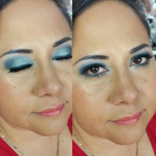 Ojos en gama de azules labios y mejillas en colores salmón,  piel maquillaje en crema