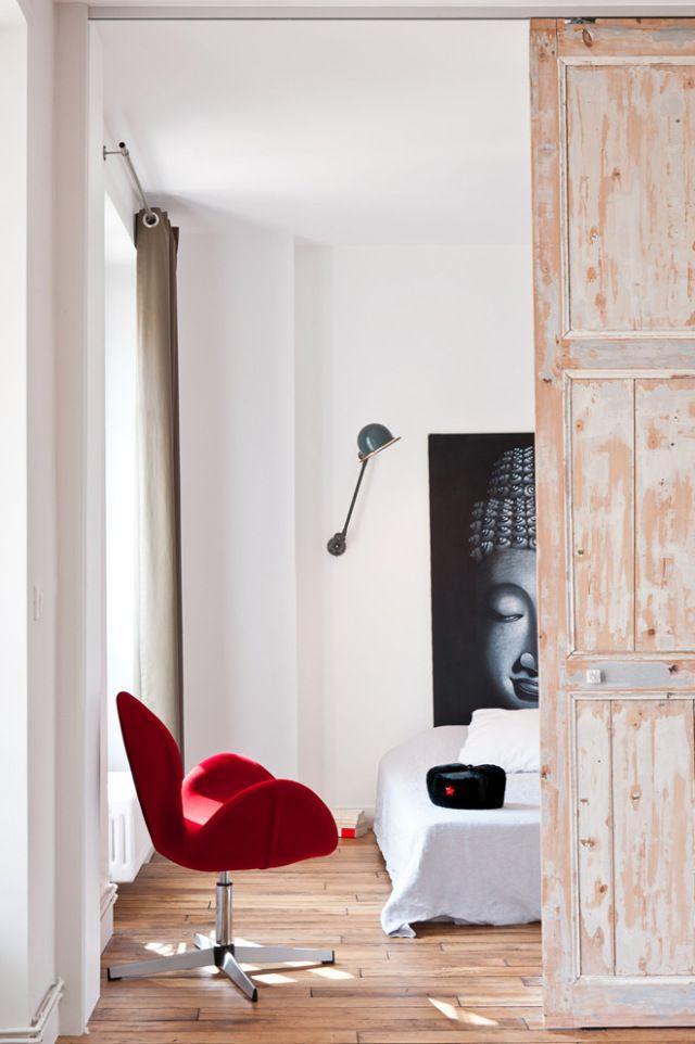 Paso del salón al dormitorio principal resuelto con una preciosa puerta corredera.