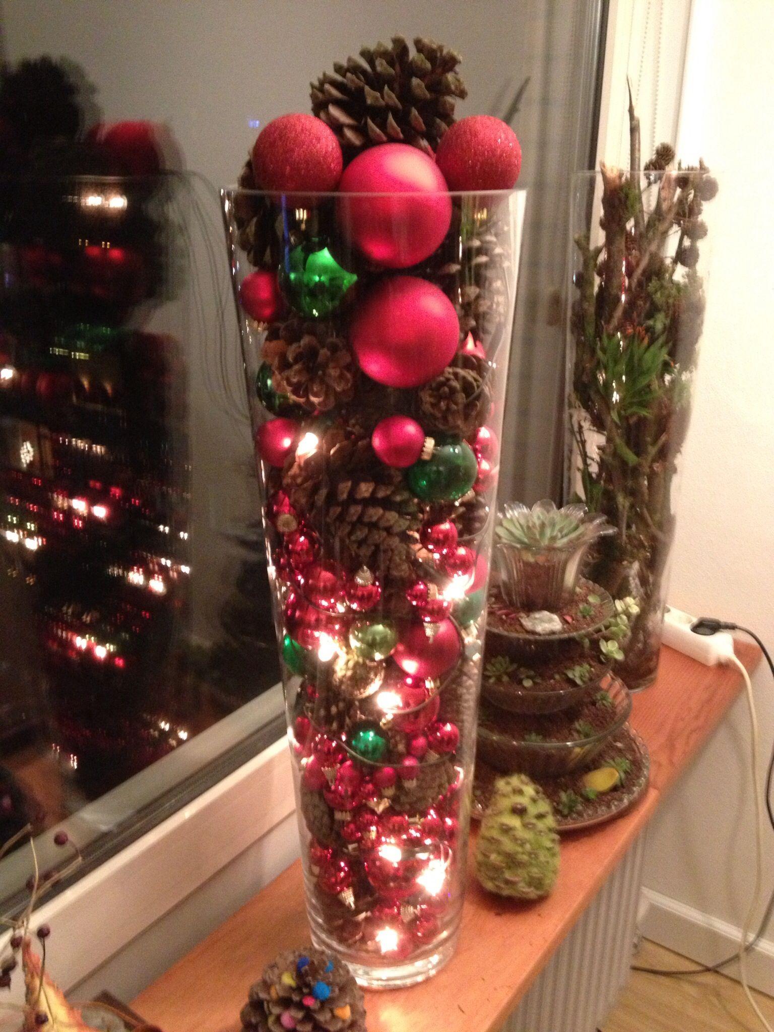 Kerstballen, dennenappels, led-verlichting in grote vaas. | Kerst ...