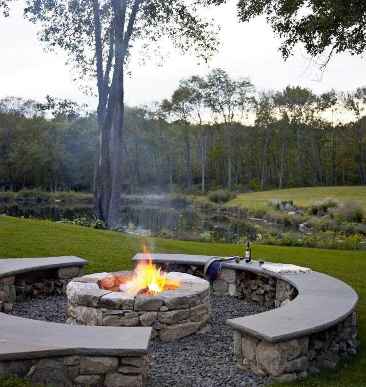 naturnahe erlebnisse mit feuerstelle und sitzplatz aus naturstein,