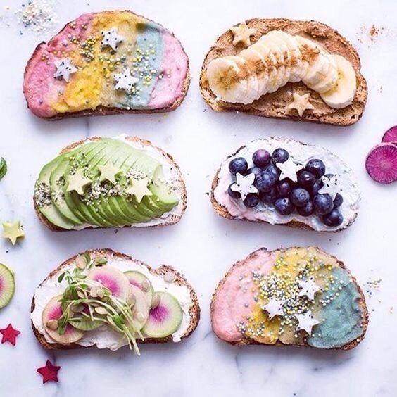Unicorn toast com frutas variadas