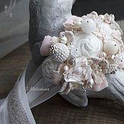 Купить или заказать Браслет Счастливая Невеста в интернет-магазине на Ярмарке Мастеров. Браслет на ленте. Нежное и очень неискушенное сочетание молочного, бледно розового, бежевого. Соцветия цветов, выполненных из хлопка и вискозы, обрамляют кружевные, расшитые бисером цветочки и листики, бутоны из натурального жемчуга, горного хрусталя и кристаллов svarovski. Акцентируют на себе внимания крупные ягоды - бусины, расшитые бисером toho. Фурнитура серебро.
