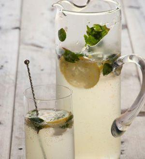Sparkling Lemonade Cocktail recipe #sparklinglemonade