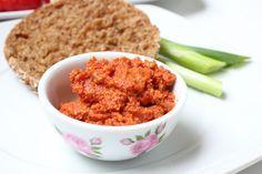 Veganer Tomaten-Mandelaufstrich in 5 Minuten fertig aus dem Thermomix. Mit Mandeln und Tomatenmark. Vegan und Lecker.