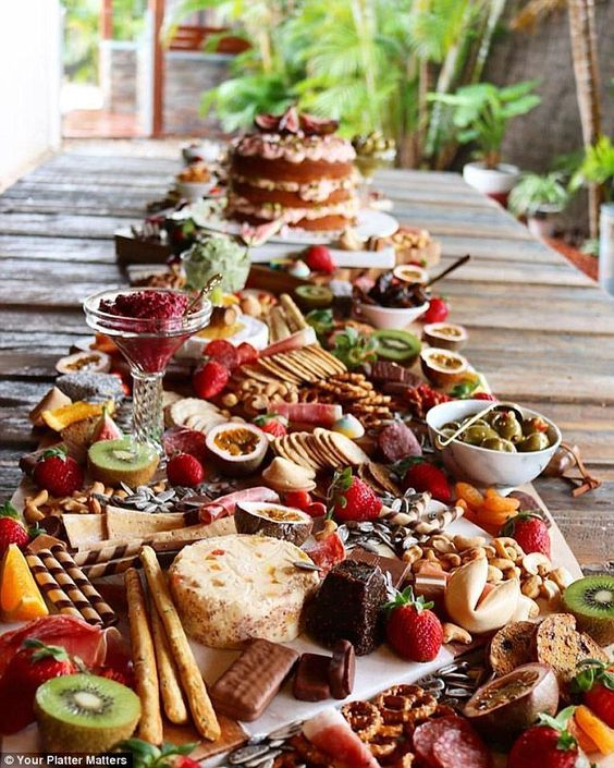 Sumptuous platters that are metres long are latest wedding for Idee repas convivial