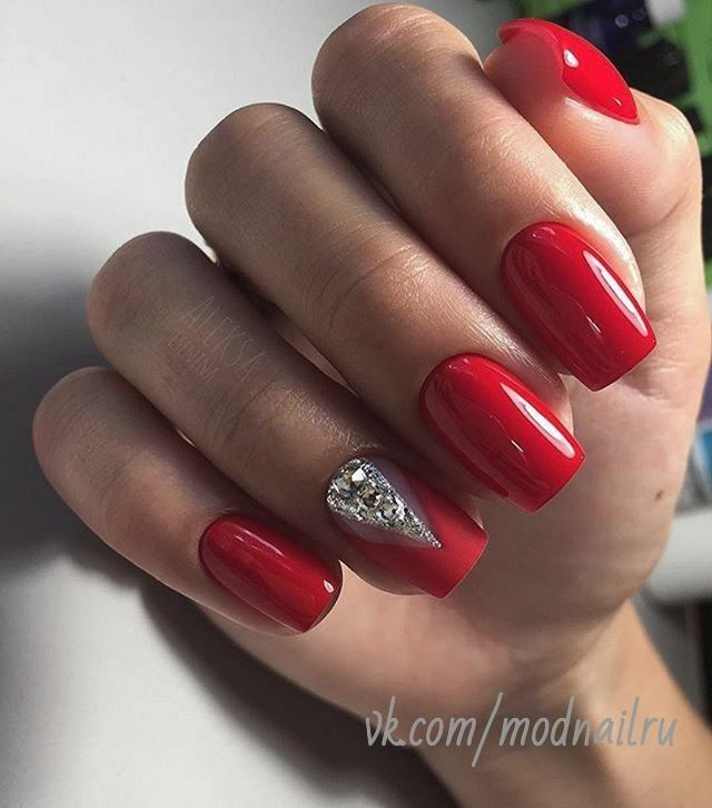 Classic Retro Red Nails With Crystal Silver Chevron Design Red Gel Nails Red Nail Art Simple Nails