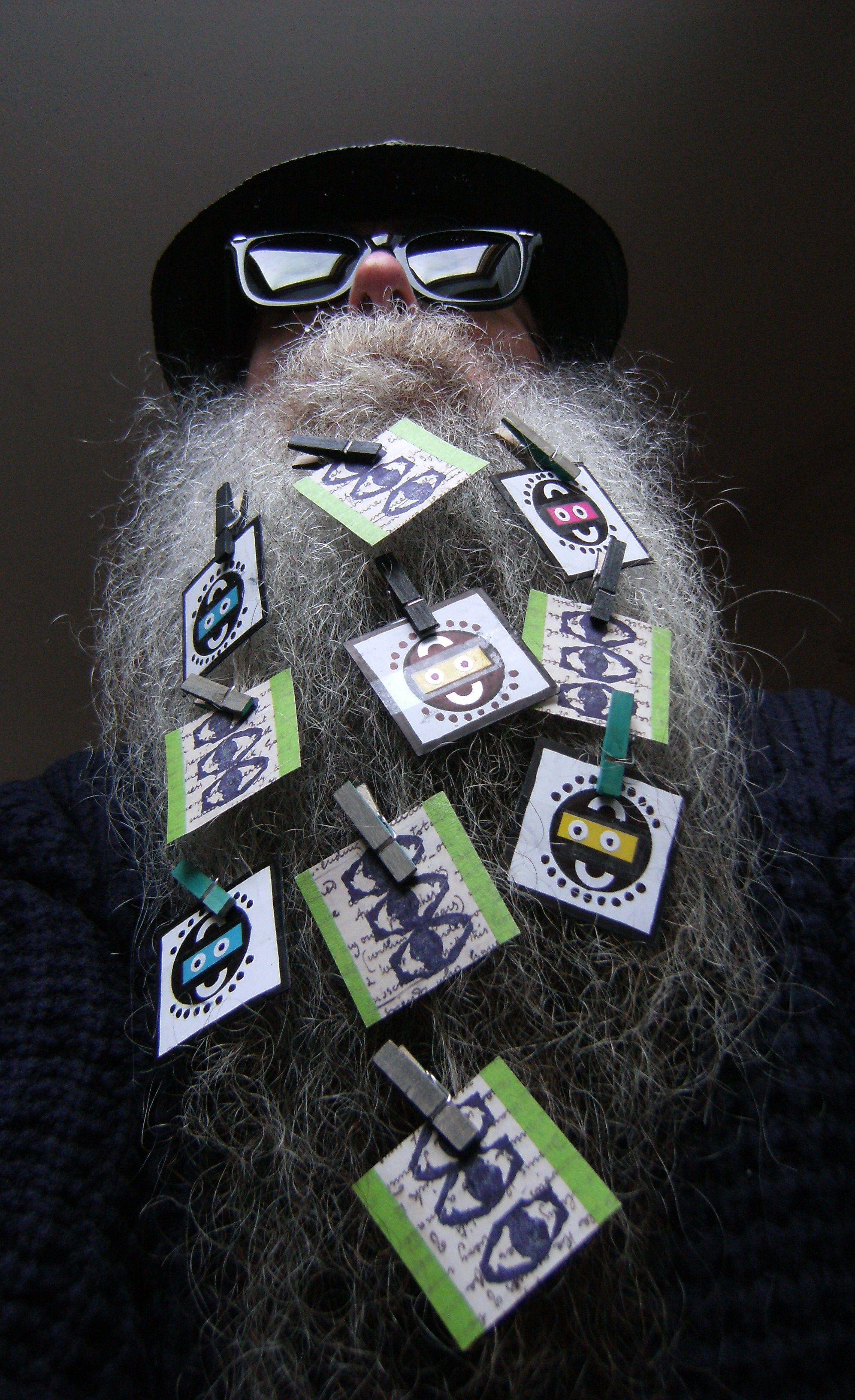 BEARD GALLERY - Opere di Barbara Ruotolo installate sulla mia barba (Galleria Pensile)