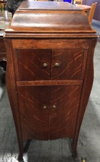 Attrayant ANTIQUE VICTOR VICTROLA PHONOGRAPH TALKING MACHINE IN A TIGER OAK CABINET  MEASURING 43 INCHES HIGH BY