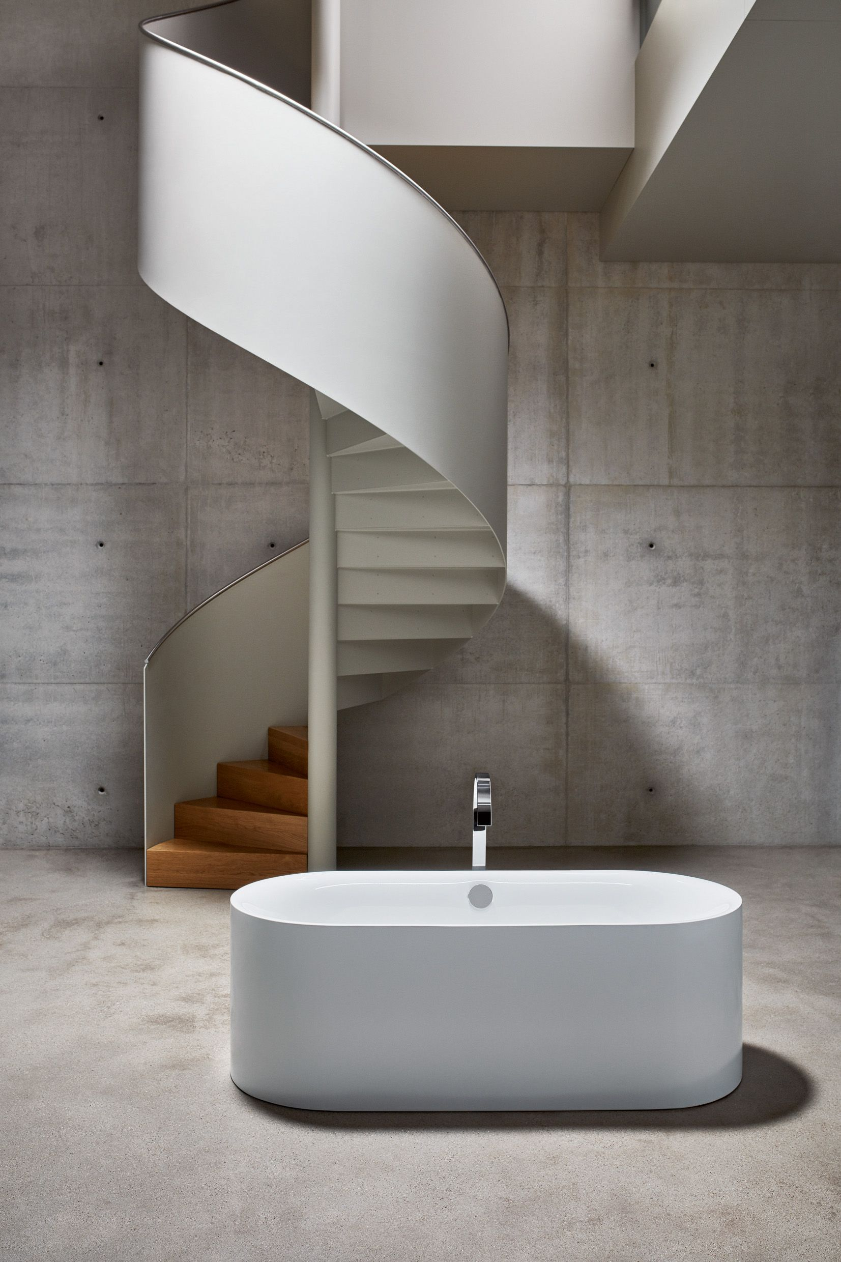 Free Standing Bettelux Oval Silhouette Has A Natural Flow To It Despite The Distinct Concise Design The Rounded Exterior Cleverly Trappen Badkamer Projecten