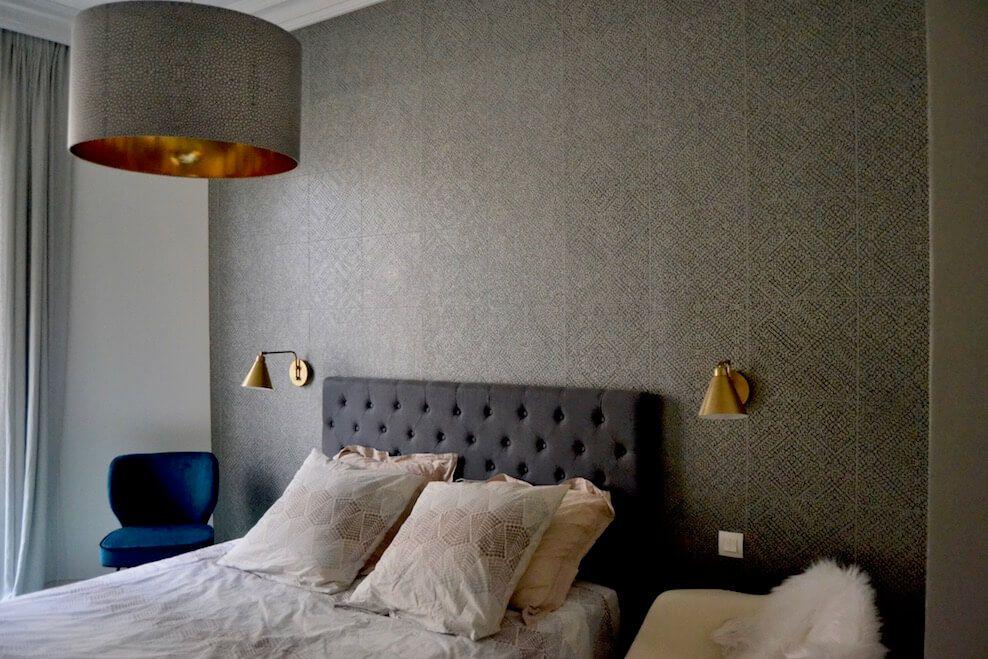 appartement parisien d cor par caroline andr oni ici la chambre parentale avec le papier. Black Bedroom Furniture Sets. Home Design Ideas