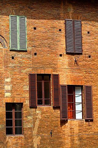 Fachada exterior en el casco antiguo de Siena, Italia.