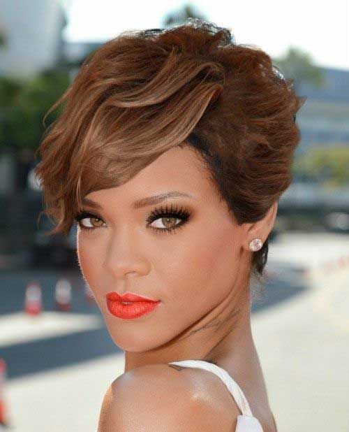 19. Wavy Short Hairstyle Cheveux courts ondulés