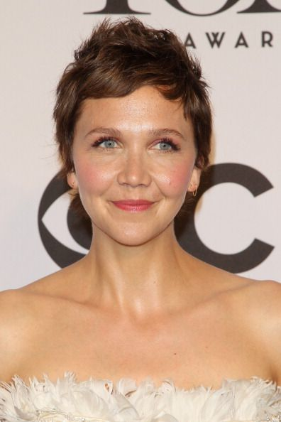 Maggie Gyllenhaal With Glowing Skin And Rosy Lids Cheeks And Lips On June 8 Short Hair Styles Hair Story Hair Styles